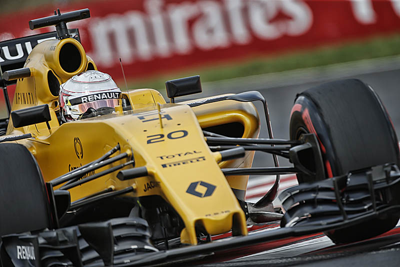 Magnussen escapes big crash at Belgian GP with small injury